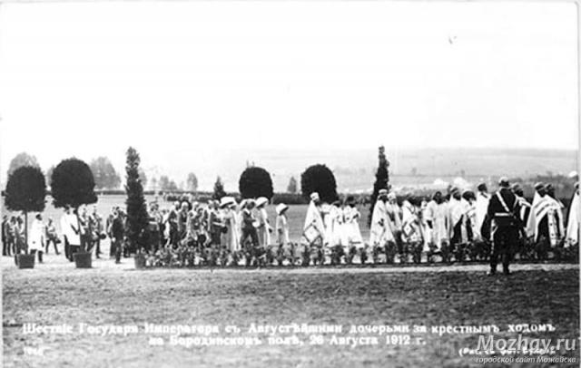 Император Николай II с детьми. Крёстный ход на Бородинском поле 26 августа 1912 г.