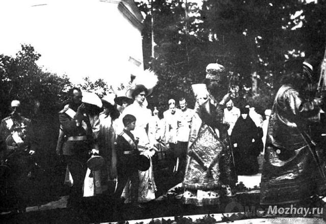 Николай II и члены императорской фамилии идут с крестным ходом к братской могиле на Бородинском поле. Бородино, фото 25 августа 1912 г.