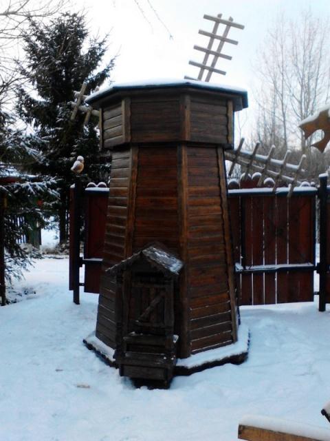 Мельница для колодца из состаренной древесины.
