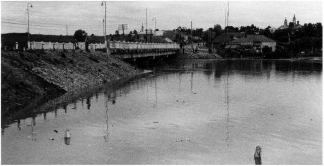 """Можайск.  Наводнение 1963 года. У моста через Москву-реку.  (фото - """"Уездный ежегодник"""")"""