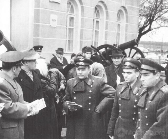 Ю.А. Гагарин во время посещения Бородинского музея. Октябрь 1962 г. Фото из архива ГБВИМЗ