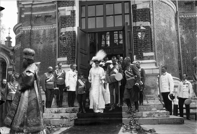 Император Николай II со своим семейством в Спасо-Бородинском монастыре. 1912 год.