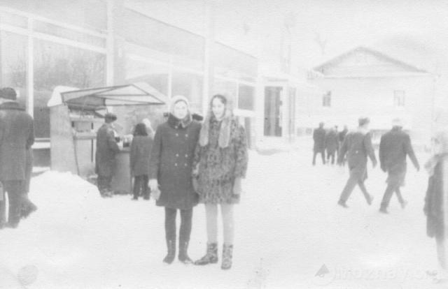 Можайск. У магазина №40. Примерно 1972 г. Фото из архива Е.И.Дорониной
