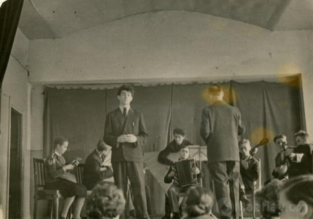 Струнный оркестр Можайской общеобразовательной школы №1. Руководитель Горохов И.И.  Март 1960г. Фото из архива В.Уколова