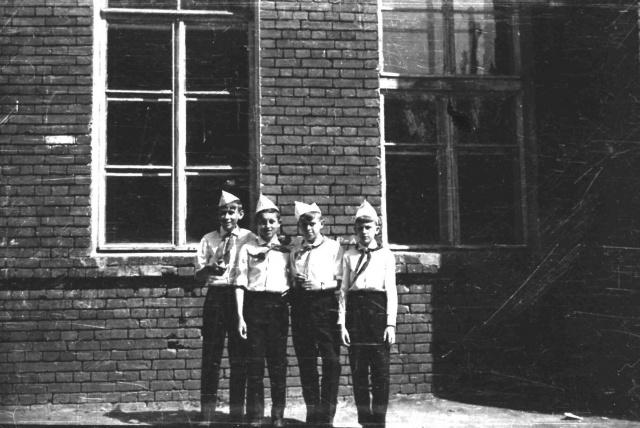Можайск. Пионеры у  школы №1.   Май 1967 г. Фото С.Парфентьева из архива Е,Парфентьевой.