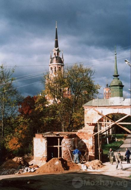 Можайск. Реставрируется вход на территорию Можайского кремля. Октябрь 2004 г. Фото Н.Никитина