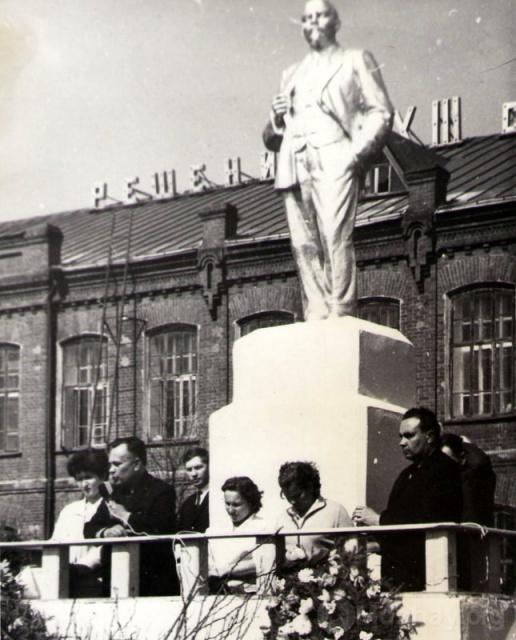 Памятник Ленину в  п. Колычёво. 1970 г.