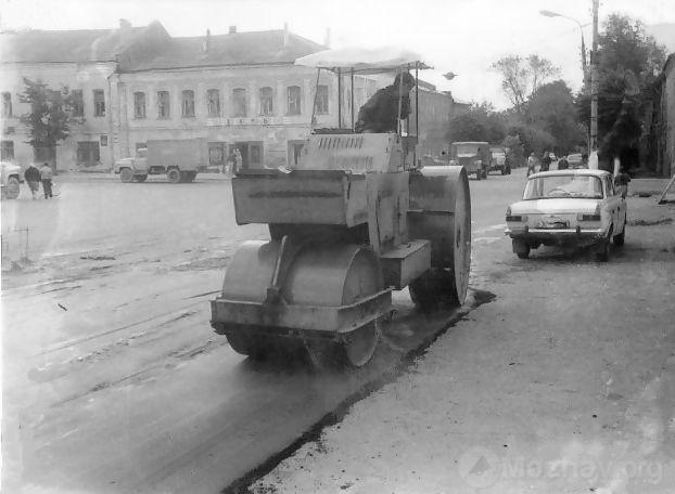Укладка асфальта по ул. П-Хмельницкой у д.№40. 1970-80 гг.
