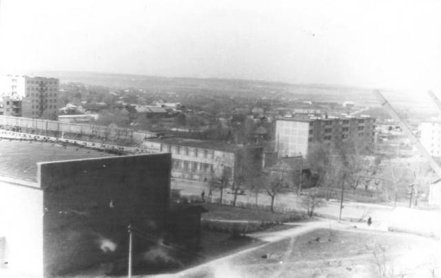 """Можайск. Вид на к/т """"Слава"""" и ул.Мира. 1977 г.   Фото из архива Е.Парфентьевой."""