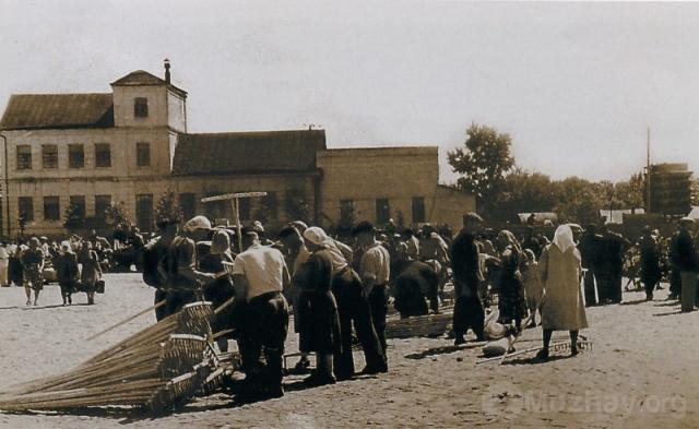 Торговля на Комсомольской площади.
