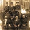 Медработники и другие представители города на крыльце больницы. Можайск, примерно 1914-17гг.