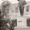 Можайск. Сквер у торговых рядов. Памятник Ленину.  Установлен в 1940-х гг, демонтирован в 1990-х гг. Фото примерно 1970-80 гг.
